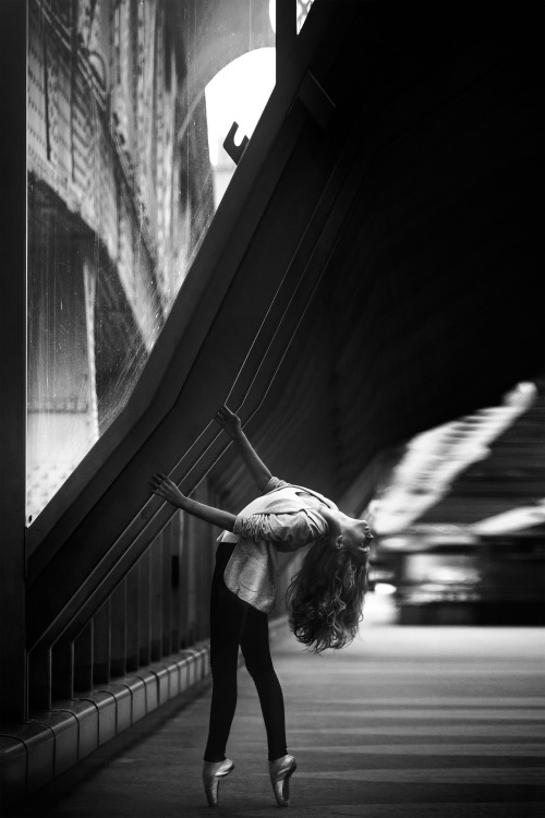 ballerina-in-the-city-1388702_1920